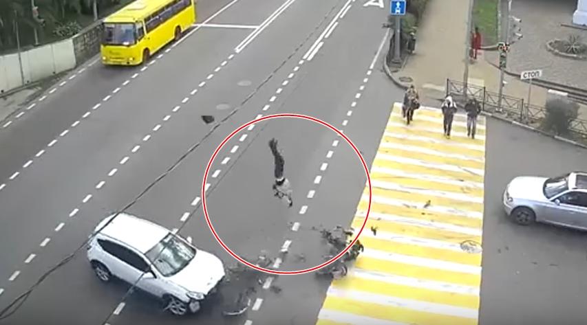 Авария дня: мотоциклист чудом выжил после столкновения с Ниссаном