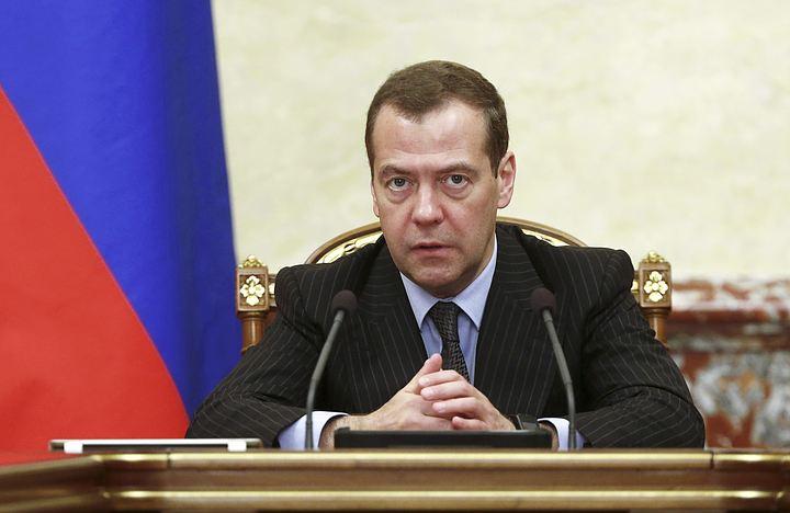 Медведев поручил включить повышение зарплат и индексацию пенсий в бюджет