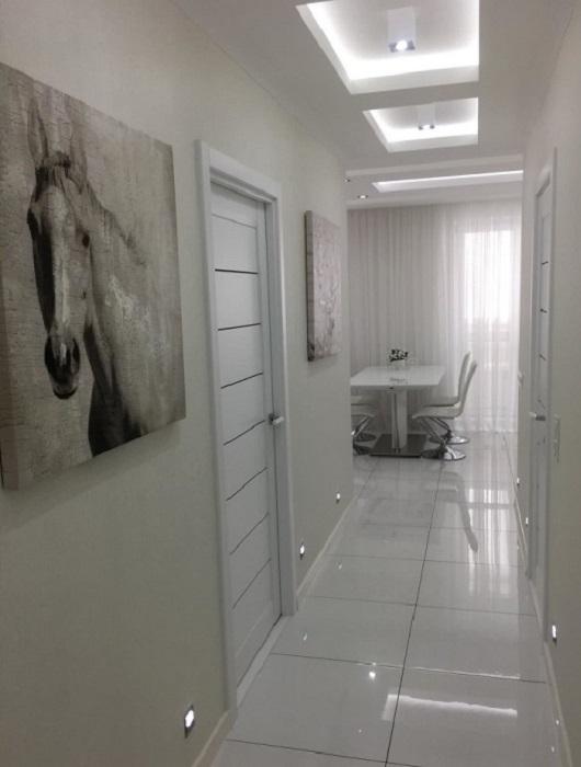 Глянцевые поверхности смогут визуально расширить комнату. / Фото: domovita.by