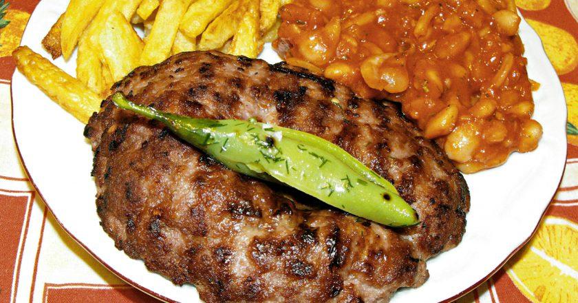 Знаменитая сербская плескавица: внушительное блюдо с насыщенным вкусом