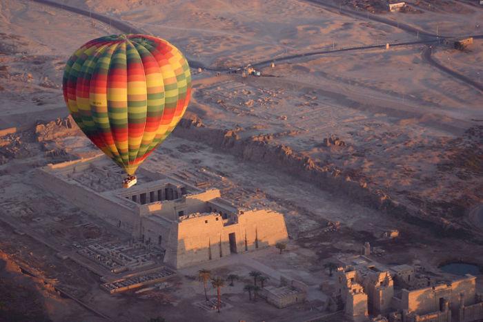 Путешествие Долиной царей на воздушном шаре в Египте.