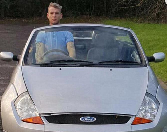"""Высокого британца лишили водительских прав за """"езду стоя"""""""