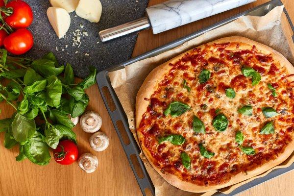 Vista superior de PIZZA italiano rústico sobre fondo de mesa de madera —  Foto de stock © photokirov@mail.ru #139473030