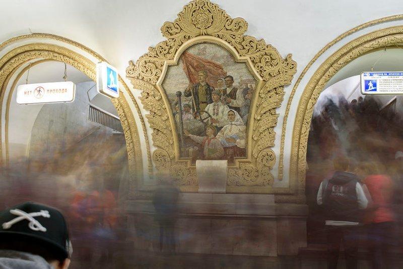 """Арбатская. """"На станции """"Арбатская"""", которая является одной из самых загруженных, в часы пик трудно пробраться через толпу"""" иностранец в России, метро, метрополитен, москва, путешествия, россия, фото, фотограф"""