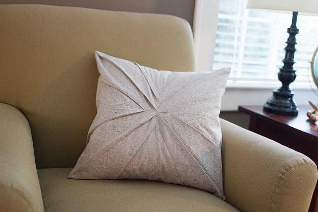 Мастер-класс по шитью интересно выглядящей подушки с застроченными складками