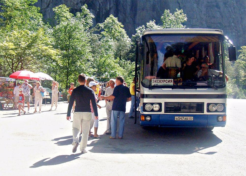 """Экскурсионный автобус прибыл к Голубому озеру: ждет ли туристов """"сюрприз""""?"""