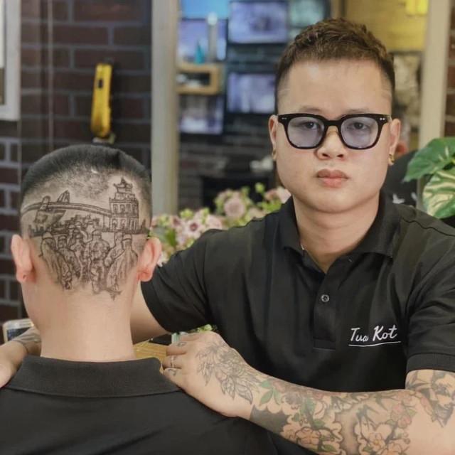 Парикмахер-стилист выстригает на затылках своих клиентов замысловатые произведения искусства