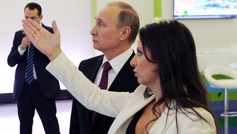 В США фотографию Путина и Симоньян выдали за материалы «секретного» доклада