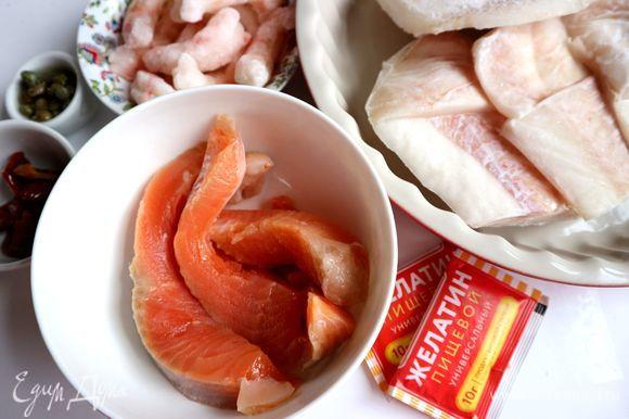 Переложить замороженную треску из морозильной камеры в холодильник, чтобы она постепенно размораживалась. Вес трески в ингредиентах указала с учетом ледяной глазури. Отварить морковь. Лучше взять крупную, чтобы в дальнейшем было удобно снимать с нее тонкие длинные пластины.