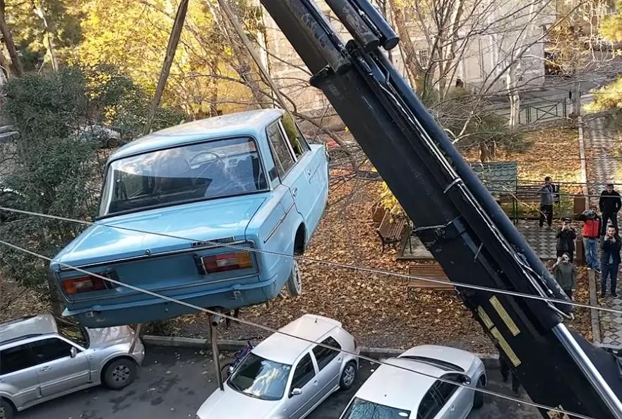 В Тбилиси с балкона жилого дома сняли «Жигули», простоявшие там 27 лет