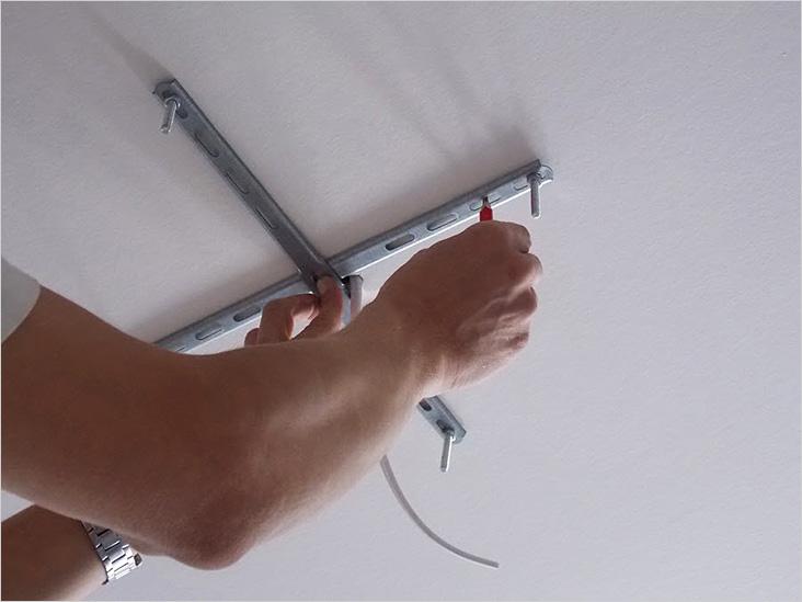 Монтаж крепления для легкой люстры к гипсокартонному потолку
