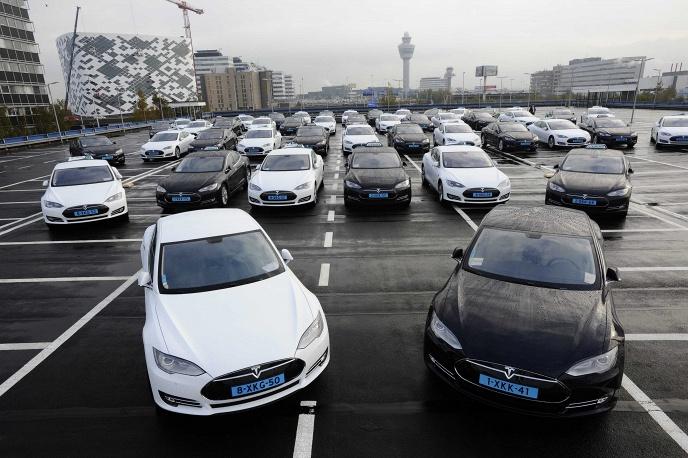 Электрические автомобили Tesla на стоянке в аэропорту Амстердама, Нидерланды, 2014 год