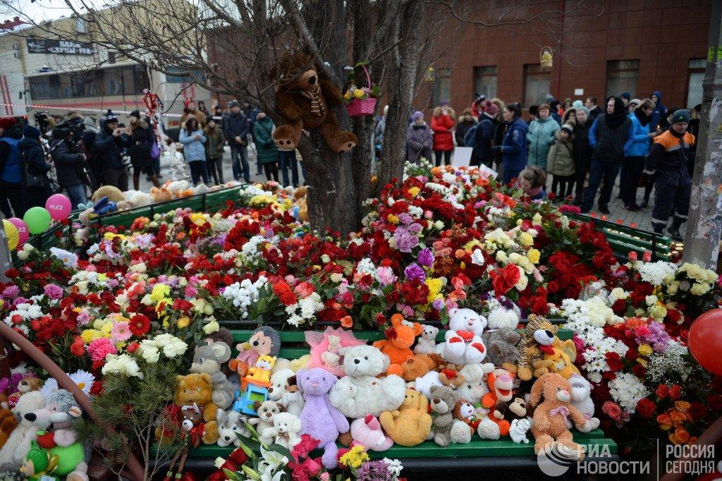 Путин прибыл в Кемерово и возложил цветы на месте пожара