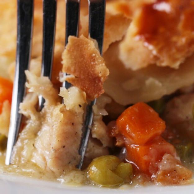 Прекрасный ужин — курочка с овощами под вкусной крышкой!
