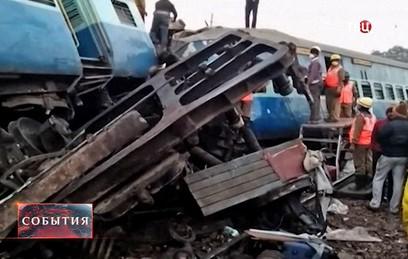 В Индии в результате крушения поезда погибли более 30 человек