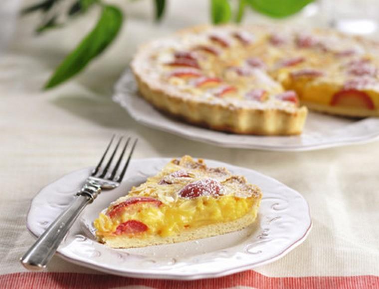 Пирог со сливами и ванильным кремом
