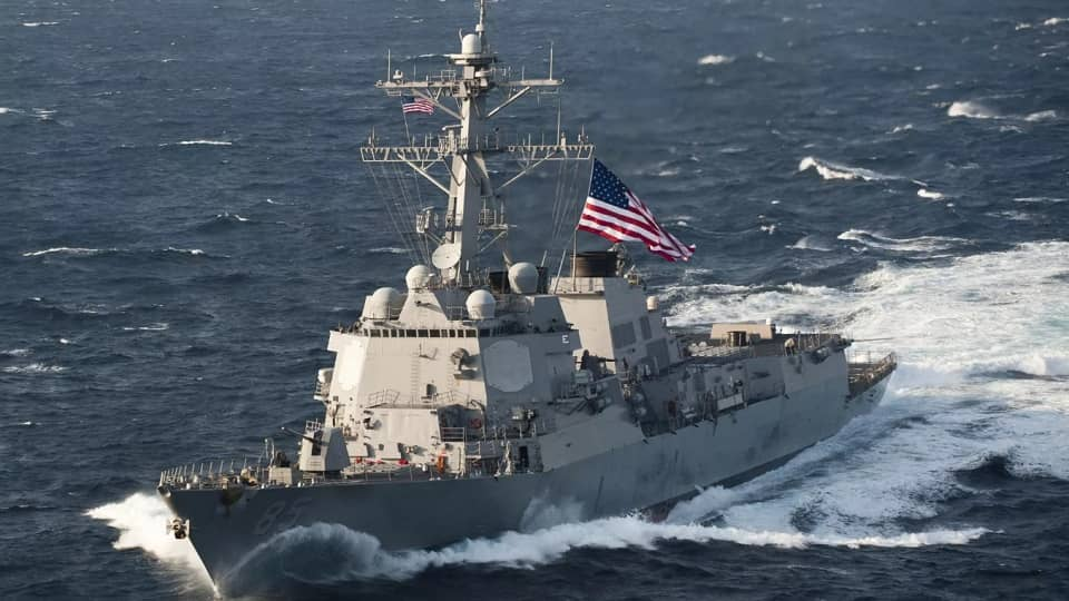 Ракетный эсминец США на макс…
