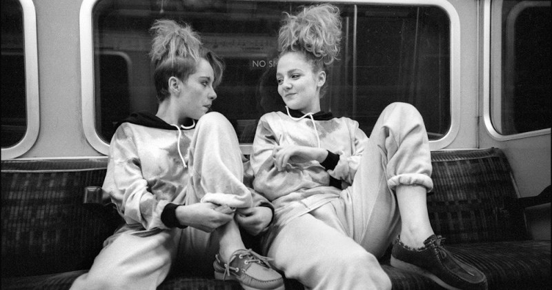 «Вниз по трубе»: лондонский фотограф годами незаметно снимал пассажиров подземки