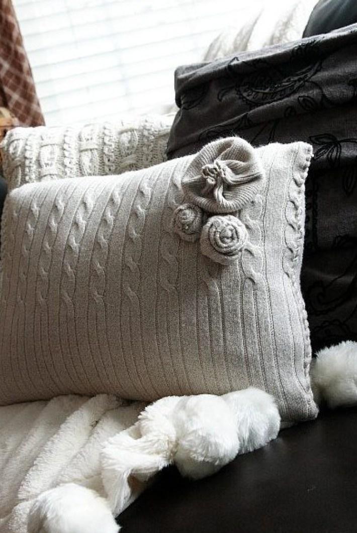Уютные идеи для подушек из старых свитеров