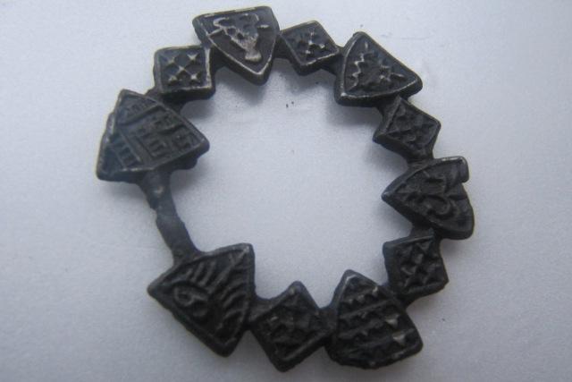 Археологи нашли в Калининграде таинственный медальон с монограммой Иисуса Христа