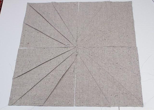 Сложите квадраты так, чтобы линии сходились в центре, а все складки смотрели в одну сторону (по кругу).