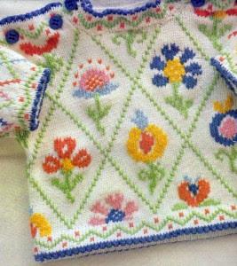 Детский яркий пуловер с вышивкой: вязание спицами и крючком