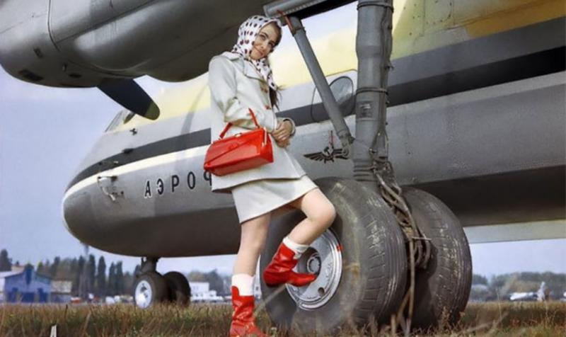 Небо, самолет, девушка: компания «Антонов» опубликовала свои рекламные плакаты времен СССР