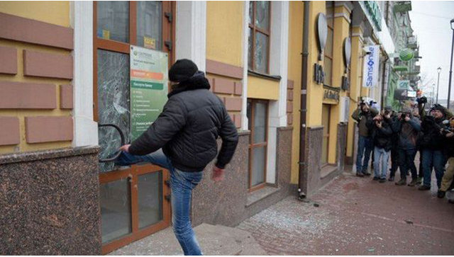 «Карма»: В Киеве радикал во время нападения на Сбербанк застрял в двери
