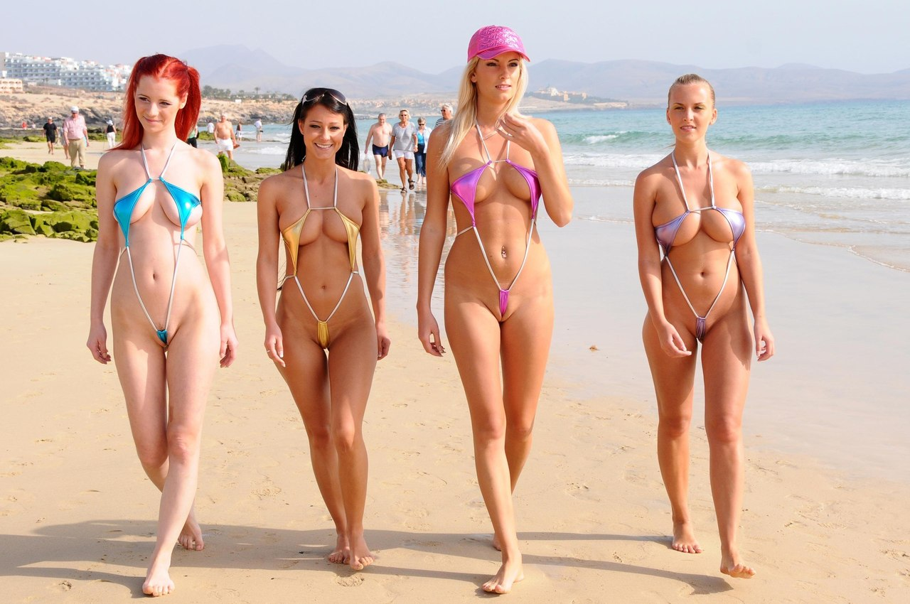 купальниках пляже женщины откровенных в фото на приколы