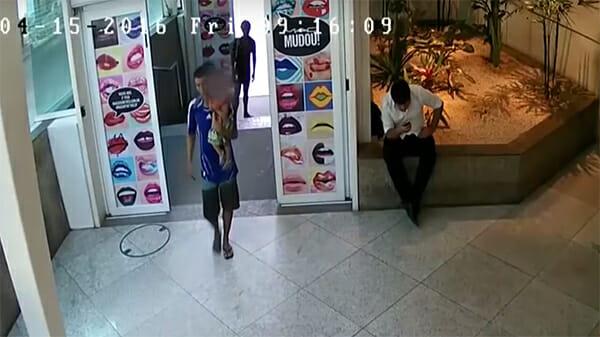 Родители бросают малыша в торговом центре и торопясь убегают. Малыш в слезах побежал вслед за мамой… на дорогу… (ВИДЕО)
