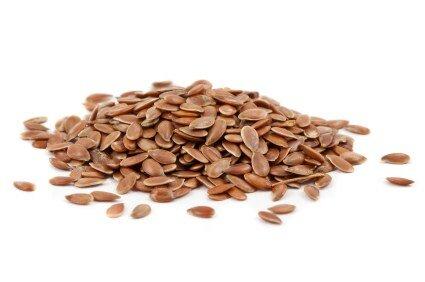 Семена льна. Богаты белками, полезными жирами (омега-3, омега-6).  В 100гр семян льна содержится около 22гр омега-3. Если сравнить, то в 100гр грецких орехов — 6гр, а в 100гр скумбрии — только 5гр жирных кислот. Клетчатка семян льна - это настоящий санитар кишечника. В нем присутствуют важнейшие для организма и обменных процессов микроэлементы (селен, хром, кремний).