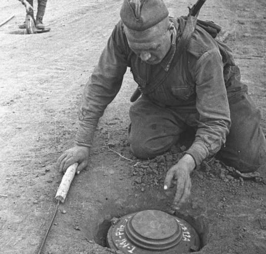 Как сапёр Сычёв проявил смекалку и спас 5 наших танков