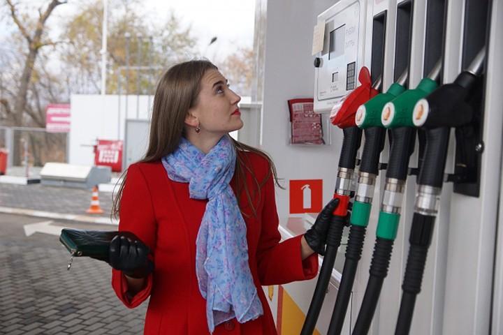 Государство договорилось с нефтяными компаниями заморозить цены на бензин. Эксперты считают, что это может быть только временной мерой