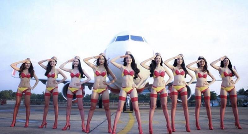 Лоукостер со стюардессами в бикини задумался о полетах в Россию (10 фото)