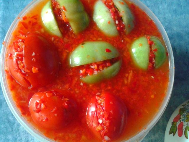 Очень вкусные зелёные квашеные помидоры с острой начинкой, на дрожжевой закваске