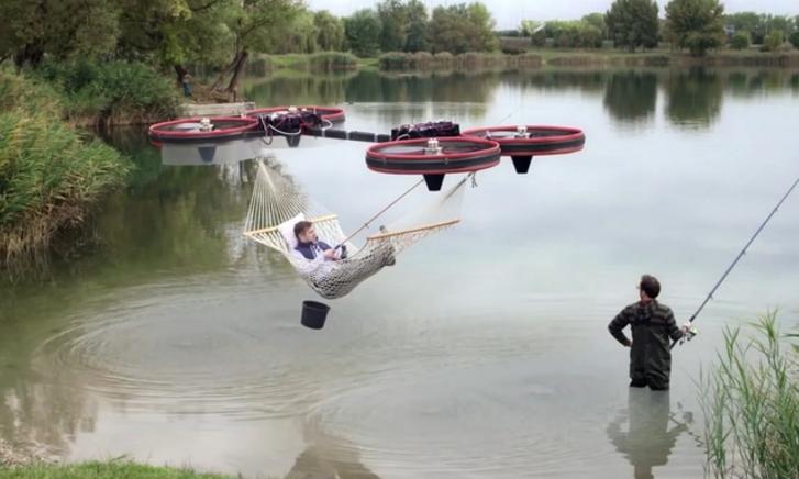 Умельцы превратили квадрокоптер в летающий гамак.