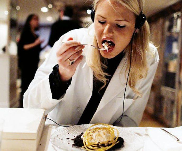 Ученые выяснили, как музыка влияет на вкус еды