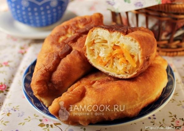 Жареные пирожки с квашеной капустой на сковородке