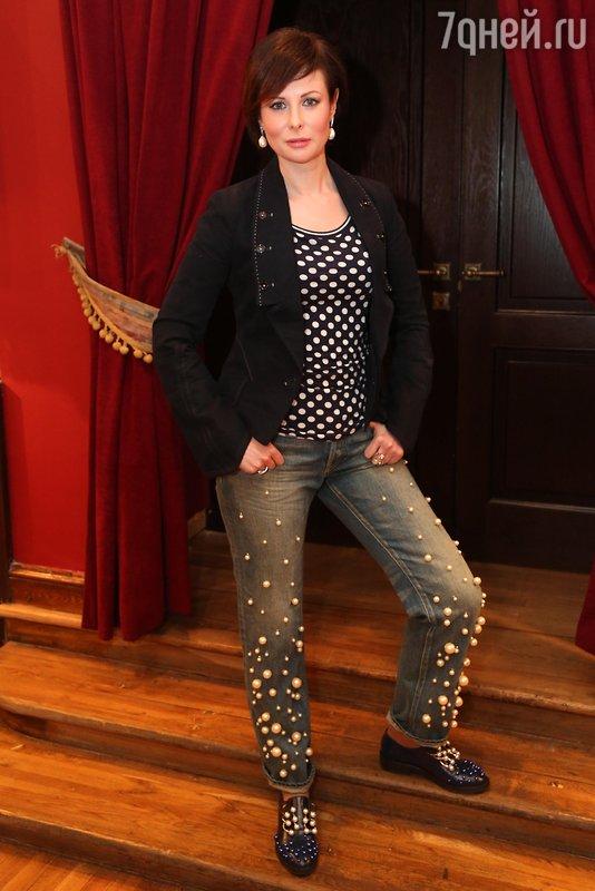 Ольга Погодина блеснула на съемках жемчужными джинсами