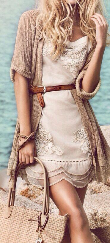 Стильное и благородное — маленькое бежевое платье