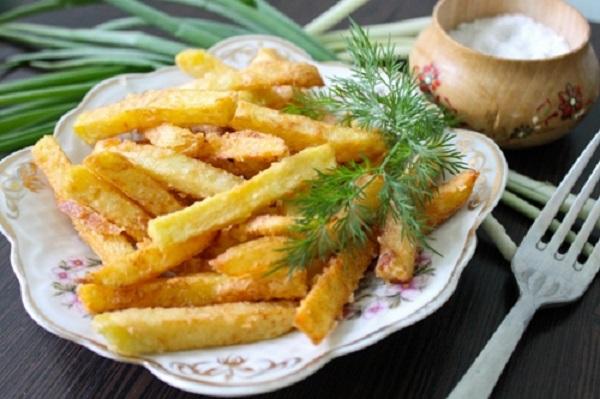 Домашний, хрустящий картофель фри с аппетитной золотистой корочкой!