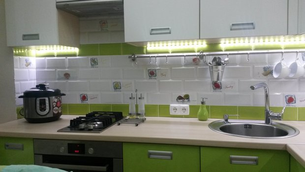 """Кухня: вместительный гарнитур и """"окошко в небо"""""""