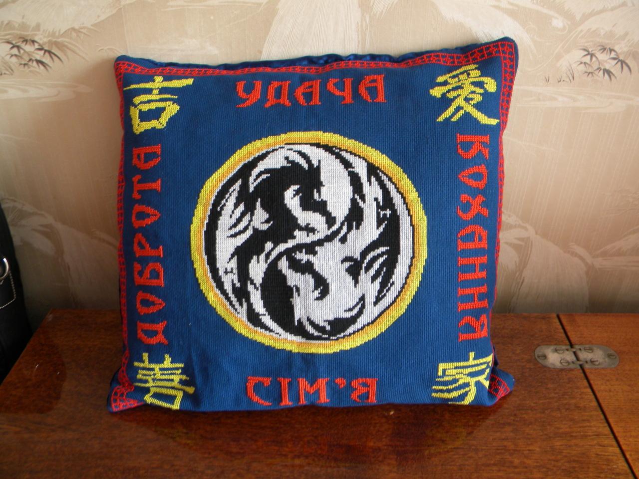 Подушка с драконом