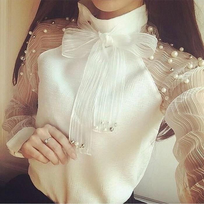Белая блузка с большим нежным бантом из натурального шелка, украшенная россыпью жемчугов.