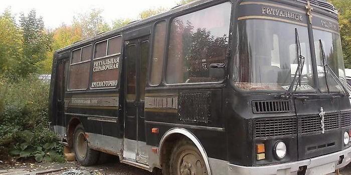 Омичей вместо автобусов по городу начали возить похоронные катафалки