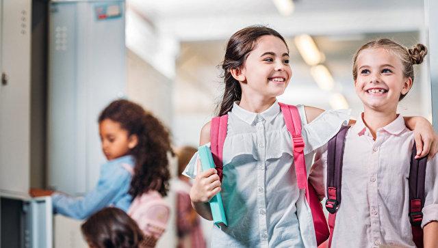 """СМИ: в английской школе учениц запретили называть """"девочками"""""""