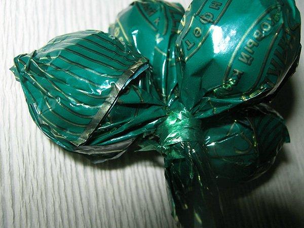 Виноградная гроздь из конфет пошаговое фото