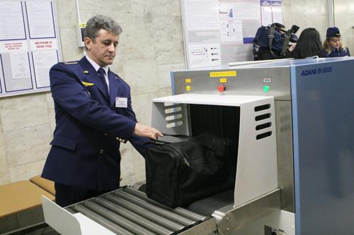 Упассажиров столичного метро замесяц изъято около 2 тыс рискованных предметов