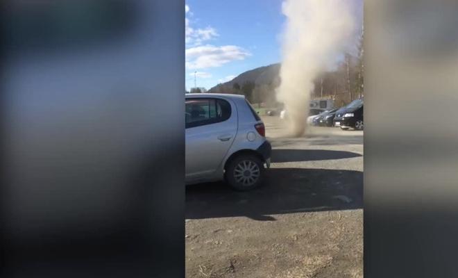 Мини-торнадо в Норвегии чуть не унесло ребенка вместе с воротами
