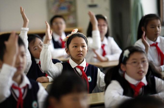 Китайским детям сделали школьную форму, которая может отслеживать их местонахождение